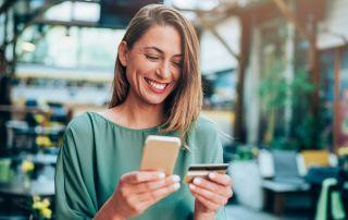 kobieta zadowolona z karty kredytowej