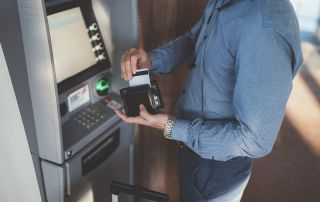 wypłacanie z bankomatu